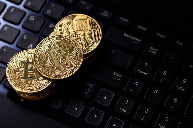 Bitcoineja mustalla taustalla